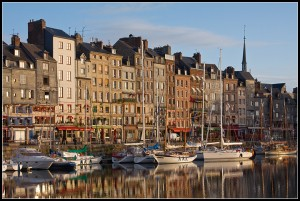 Città di Honfleur e il Vieux Bassin all'alba - Francia